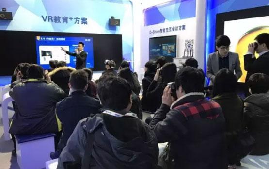 必得娱乐信息VR沉浸式教学吸引现场观众驻足